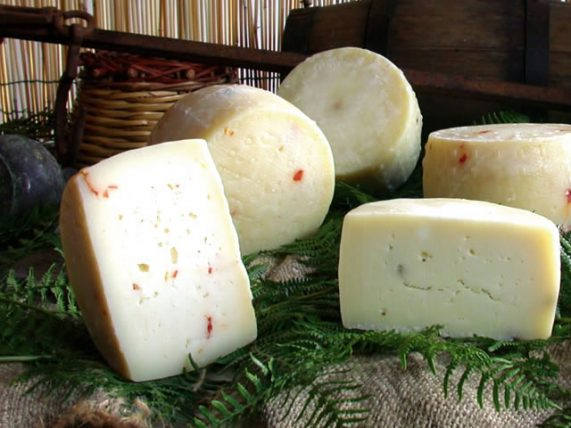 formaggio di mucca al peperoncino formaggio di mucca formaggio latte di mucca azienda agricola caggiano basilicata lucania
